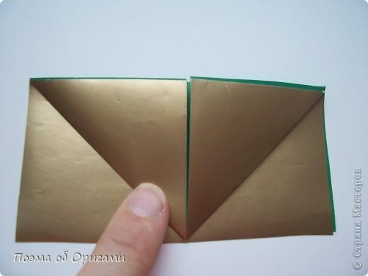 Эта очень эффектная рождественская звезда, состоящая из 8-ми лучей. Она сложена из 16-ти равных по величине квадратов: 8 зеленых и 8 золотых. Еще один, 9-ый золотой квадрат понадобиться для колокольчика, но он должен быть немного меньше по размеру фото 5