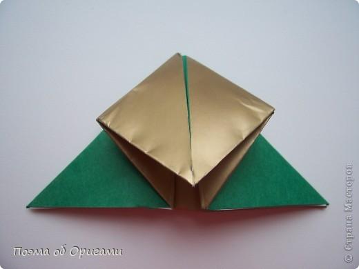 Эта очень эффектная рождественская звезда, состоящая из 8-ми лучей. Она сложена из 16-ти равных по величине квадратов: 8 зеленых и 8 золотых. Еще один, 9-ый золотой квадрат понадобиться для колокольчика, но он должен быть немного меньше по размеру фото 7