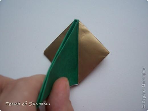 Эта очень эффектная рождественская звезда, состоящая из 8-ми лучей. Она сложена из 16-ти равных по величине квадратов: 8 зеленых и 8 золотых. Еще один, 9-ый золотой квадрат понадобиться для колокольчика, но он должен быть немного меньше по размеру фото 9