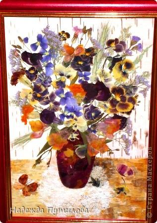 В этой работе использовала бересту и засушенные цветы.