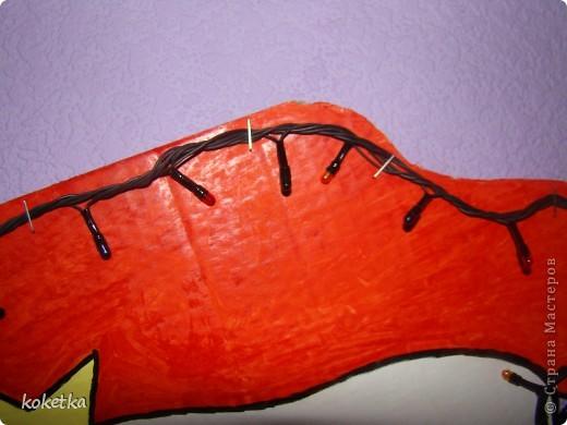Эту елочку я делала в прошлом году. Нашла эскиз в интернете, перерисовала на большой картон, разукрасила красками и прикрепила аккуратно гирлянду. фото 4
