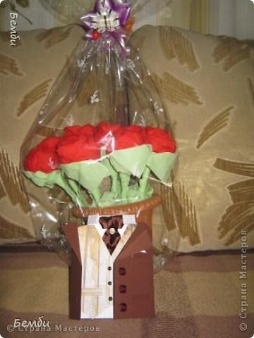 Розы из конфет и салфеток фото 2