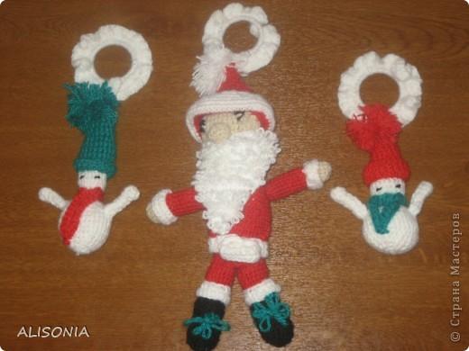 Мое первое творение по вязанию крючком. Елочные игрушки: Санта Клаус и Снеговики. Стимулом послужило участие в конкурсе. Надеюсь хотя бы на поощрительный приз...