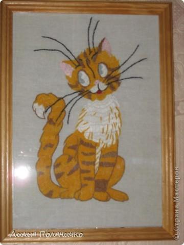Этого котёнка я вышивала ещё когда училась в школе. Ему уже около 15 лет! А смотрится как новый.