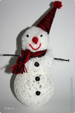 вот такой снеговичок получился из ниток. фото 1