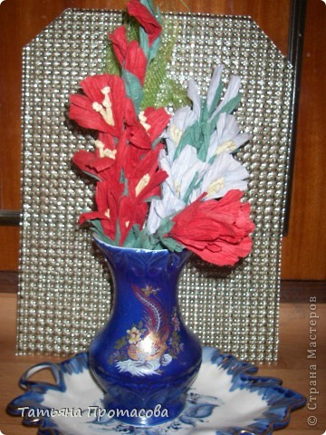 Гладиолусы и роза фото 1