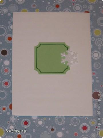 """До чего же я люблю Новый год! Мандариновый запах,снег повсюду,мороз!Ух,здорово!!! А ведь нужно упаковать подарки для всех дорогих и любимых,украсить дом,подумать о наряде и ещё об очень многом... Вот в этой новогодней кутерьме и родилась моя открытка. Ёлочки и снежинки очень красиво мерцают своими блёстками,а в мыслях при взгляде на открытку звенит: """"Скоро праздник,ура!!!"""" фото 2"""