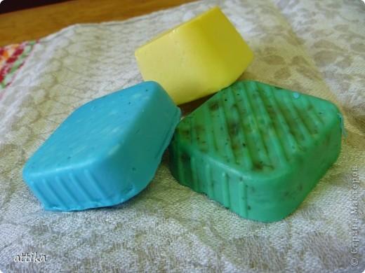 все  мылки сделаны из детского,желтое-пахнет мандарином и мятой,зеленое-яблоко и сушеная мята,голубое-чайное дерево фото 1