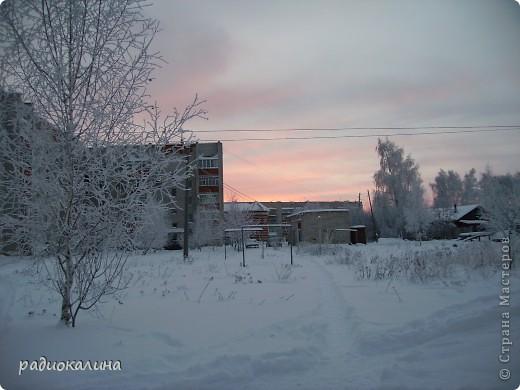 Утром мы с внучкой пошли в садик и опоздали - любовались на красавицу-зиму, которая пришла ночью и украсила все кругом. Нежный рассвет и снег . фото 1