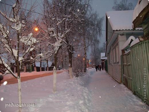 Утром мы с внучкой пошли в садик и опоздали - любовались на красавицу-зиму, которая пришла ночью и украсила все кругом. Нежный рассвет и снег . фото 6