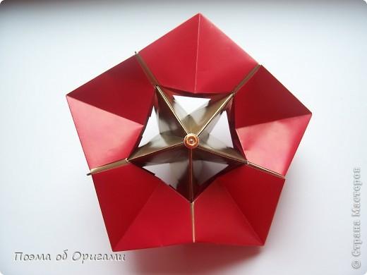Эта модель содержит боковые карманы. Благодаря им, она запросто разместится на верхней ветке вашей новогодней елки. Эта композиция состоит из двух частей: внешней и внутренней. Все используемые квадраты одного размера (в данном случае 10х10). Для данной звезды было использовано 5 красных квадратов и 15 золотых. В данном варианте, готовая звезда в готовом виде имеет ширину 12-14см. фото 1