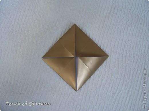 Эта модель содержит боковые карманы. Благодаря им, она запросто разместится на верхней ветке вашей новогодней елки. Эта композиция состоит из двух частей: внешней и внутренней. Все используемые квадраты одного размера (в данном случае 10х10). Для данной звезды было использовано 5 красных квадратов и 15 золотых. В данном варианте, готовая звезда в готовом виде имеет ширину 12-14см. фото 10