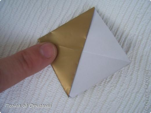 Эта модель содержит боковые карманы. Благодаря им, она запросто разместится на верхней ветке вашей новогодней елки. Эта композиция состоит из двух частей: внешней и внутренней. Все используемые квадраты одного размера (в данном случае 10х10). Для данной звезды было использовано 5 красных квадратов и 15 золотых. В данном варианте, готовая звезда в готовом виде имеет ширину 12-14см. фото 13