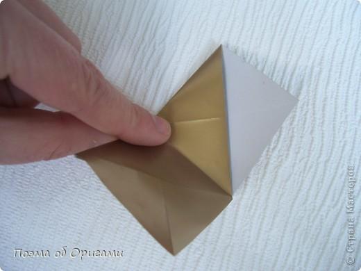 Эта модель содержит боковые карманы. Благодаря им, она запросто разместится на верхней ветке вашей новогодней елки. Эта композиция состоит из двух частей: внешней и внутренней. Все используемые квадраты одного размера (в данном случае 10х10). Для данной звезды было использовано 5 красных квадратов и 15 золотых. В данном варианте, готовая звезда в готовом виде имеет ширину 12-14см. фото 14