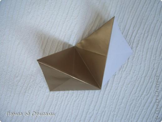 Эта модель содержит боковые карманы. Благодаря им, она запросто разместится на верхней ветке вашей новогодней елки. Эта композиция состоит из двух частей: внешней и внутренней. Все используемые квадраты одного размера (в данном случае 10х10). Для данной звезды было использовано 5 красных квадратов и 15 золотых. В данном варианте, готовая звезда в готовом виде имеет ширину 12-14см. фото 15