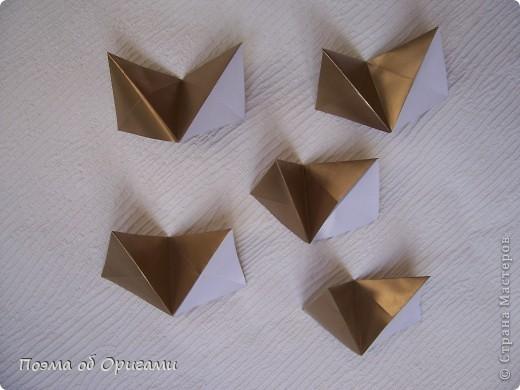 Эта модель содержит боковые карманы. Благодаря им, она запросто разместится на верхней ветке вашей новогодней елки. Эта композиция состоит из двух частей: внешней и внутренней. Все используемые квадраты одного размера (в данном случае 10х10). Для данной звезды было использовано 5 красных квадратов и 15 золотых. В данном варианте, готовая звезда в готовом виде имеет ширину 12-14см. фото 16