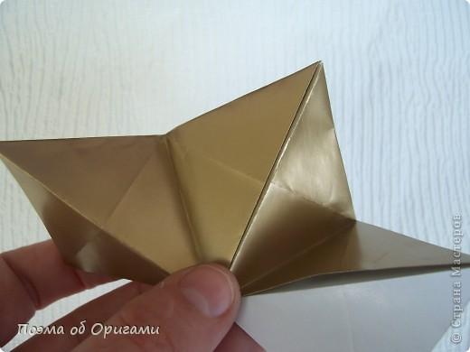 Эта модель содержит боковые карманы. Благодаря им, она запросто разместится на верхней ветке вашей новогодней елки. Эта композиция состоит из двух частей: внешней и внутренней. Все используемые квадраты одного размера (в данном случае 10х10). Для данной звезды было использовано 5 красных квадратов и 15 золотых. В данном варианте, готовая звезда в готовом виде имеет ширину 12-14см. фото 18