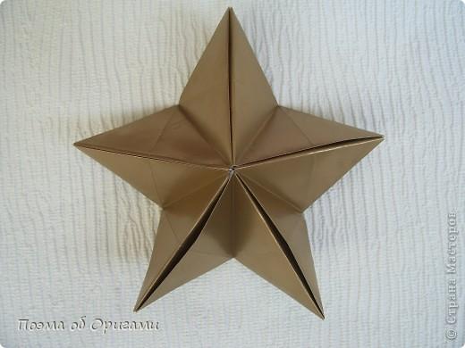 Эта модель содержит боковые карманы. Благодаря им, она запросто разместится на верхней ветке вашей новогодней елки. Эта композиция состоит из двух частей: внешней и внутренней. Все используемые квадраты одного размера (в данном случае 10х10). Для данной звезды было использовано 5 красных квадратов и 15 золотых. В данном варианте, готовая звезда в готовом виде имеет ширину 12-14см. фото 19