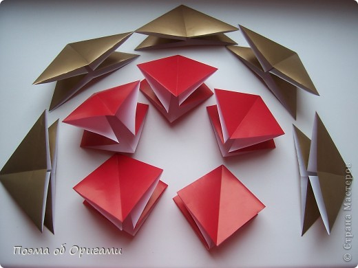 Эта модель содержит боковые карманы. Благодаря им, она запросто разместится на верхней ветке вашей новогодней елки. Эта композиция состоит из двух частей: внешней и внутренней. Все используемые квадраты одного размера (в данном случае 10х10). Для данной звезды было использовано 5 красных квадратов и 15 золотых. В данном варианте, готовая звезда в готовом виде имеет ширину 12-14см. фото 2