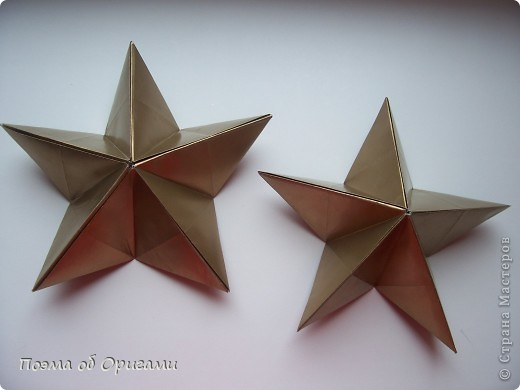 Эта модель содержит боковые карманы. Благодаря им, она запросто разместится на верхней ветке вашей новогодней елки. Эта композиция состоит из двух частей: внешней и внутренней. Все используемые квадраты одного размера (в данном случае 10х10). Для данной звезды было использовано 5 красных квадратов и 15 золотых. В данном варианте, готовая звезда в готовом виде имеет ширину 12-14см. фото 20