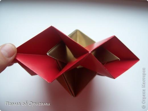 Эта модель содержит боковые карманы. Благодаря им, она запросто разместится на верхней ветке вашей новогодней елки. Эта композиция состоит из двух частей: внешней и внутренней. Все используемые квадраты одного размера (в данном случае 10х10). Для данной звезды было использовано 5 красных квадратов и 15 золотых. В данном варианте, готовая звезда в готовом виде имеет ширину 12-14см. фото 21