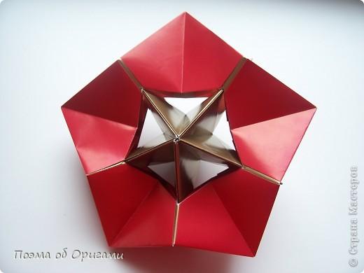 Эта модель содержит боковые карманы. Благодаря им, она запросто разместится на верхней ветке вашей новогодней елки. Эта композиция состоит из двух частей: внешней и внутренней. Все используемые квадраты одного размера (в данном случае 10х10). Для данной звезды было использовано 5 красных квадратов и 15 золотых. В данном варианте, готовая звезда в готовом виде имеет ширину 12-14см. фото 22