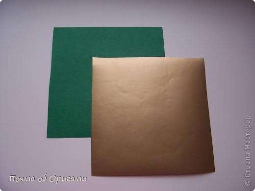 Эта очень эффектная рождественская звезда, состоящая из 8-ми лучей. Она сложена из 16-ти равных по величине квадратов: 8 зеленых и 8 золотых. Еще один, 9-ый золотой квадрат понадобиться для колокольчика, но он должен быть немного меньше по размеру фото 2