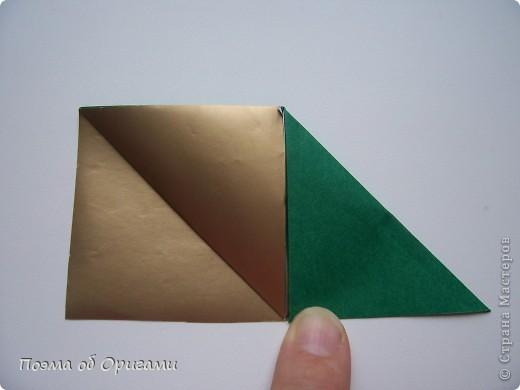 Эта очень эффектная рождественская звезда, состоящая из 8-ми лучей. Она сложена из 16-ти равных по величине квадратов: 8 зеленых и 8 золотых. Еще один, 9-ый золотой квадрат понадобиться для колокольчика, но он должен быть немного меньше по размеру фото 6
