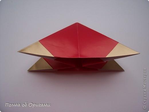 Эта модель содержит боковые карманы. Благодаря им, она запросто разместится на верхней ветке вашей новогодней елки. Эта композиция состоит из двух частей: внешней и внутренней. Все используемые квадраты одного размера (в данном случае 10х10). Для данной звезды было использовано 5 красных квадратов и 15 золотых. В данном варианте, готовая звезда в готовом виде имеет ширину 12-14см. фото 6
