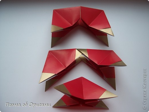 Эта модель содержит боковые карманы. Благодаря им, она запросто разместится на верхней ветке вашей новогодней елки. Эта композиция состоит из двух частей: внешней и внутренней. Все используемые квадраты одного размера (в данном случае 10х10). Для данной звезды было использовано 5 красных квадратов и 15 золотых. В данном варианте, готовая звезда в готовом виде имеет ширину 12-14см. фото 7