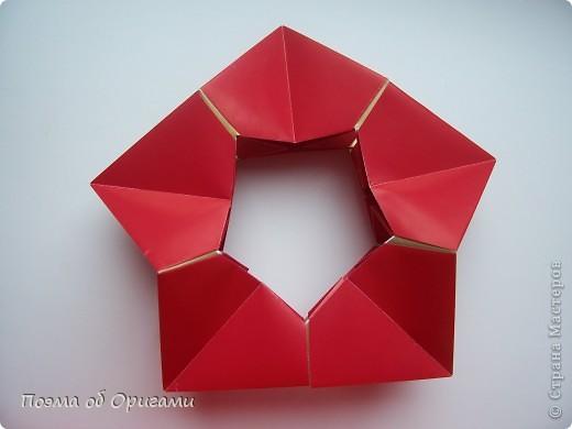 Эта модель содержит боковые карманы. Благодаря им, она запросто разместится на верхней ветке вашей новогодней елки. Эта композиция состоит из двух частей: внешней и внутренней. Все используемые квадраты одного размера (в данном случае 10х10). Для данной звезды было использовано 5 красных квадратов и 15 золотых. В данном варианте, готовая звезда в готовом виде имеет ширину 12-14см. фото 8