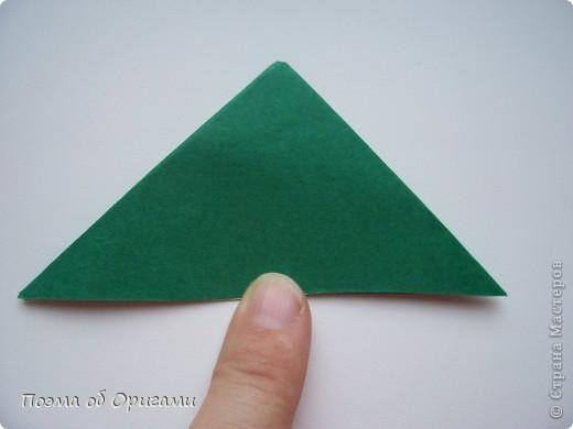Эта очень эффектная рождественская звезда, состоящая из 8-ми лучей. Она сложена из 16-ти равных по величине квадратов: 8 зеленых и 8 золотых. Еще один, 9-ый золотой квадрат понадобиться для колокольчика, но он должен быть немного меньше по размеру фото 8