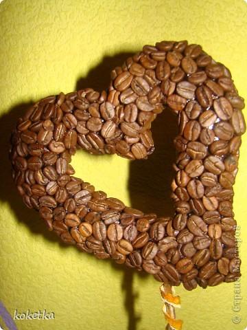 Мои первые две роботы с зернами кофе. Это дерево - сердце и сердце - магнит на холодильник.  фото 3