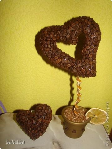 Мои первые две роботы с зернами кофе. Это дерево - сердце и сердце - магнит на холодильник.  фото 1