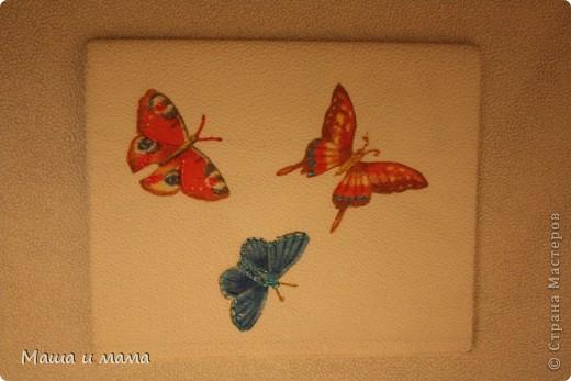 Взяли обои, оставшиеся после ремонта, и обернули ими тетрадь. Наклеили бабочек, вырезанные из салфеток + немного фантазии, готово! фото 1