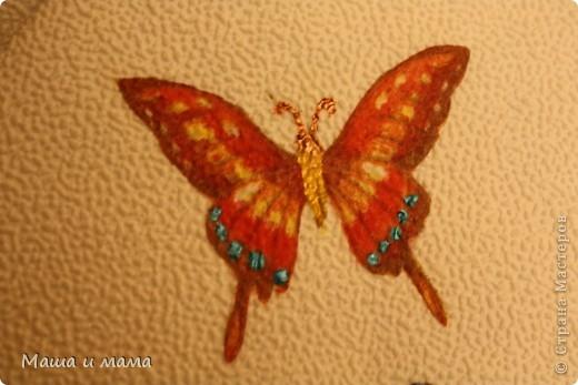 Взяли обои, оставшиеся после ремонта, и обернули ими тетрадь. Наклеили бабочек, вырезанные из салфеток + немного фантазии, готово! фото 3