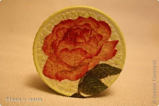 Была обычная баночка из-под конфет. Мы взяли яичную скорлупу и наклеили) покрасили краской, сверху декупаж в виде розы. Трещинки затёрли зеленым мелком:) фото 4