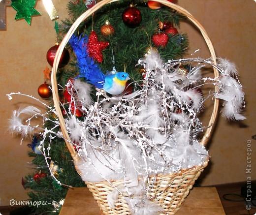 Елка из гофрированной бумаги. Идея родилась за 5 минут до воплощения. Ушло 4 рулона бумаги, скотч, шары новогодние, бусы. фото 8