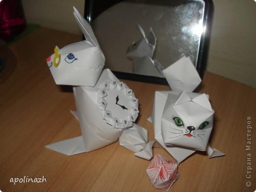 Наступает 2011 Год- год белых Кота и Кролика!  Вот мы и решили ознакомится с работами Страны Мастеров и попробовать свои силы.  А белая бумага как-нельзя кстати и такой пластичный материал!!! Нам понравилось работать, учитывая, что мы вообще впервые взялись за оригами. Вот что у нас получилось. фото 6
