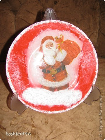 """Новый год всё ближе, подготовка к нему идёт полным ходом. А у меня опять тарелочка.  Обратный декупаж. Мотив вырвала из салфетки, наклеила акриловым лаком, обратную сторону закрасила белой краско. Свободное пространство """"зачпокала"""" сначала красной краской, а потом белой, используя свёрнутый полиэтиленовйы пакет. Вернее попыталась это сделать, т.к. результат получился совершенно не такой, квакой ожидался. фото 1"""