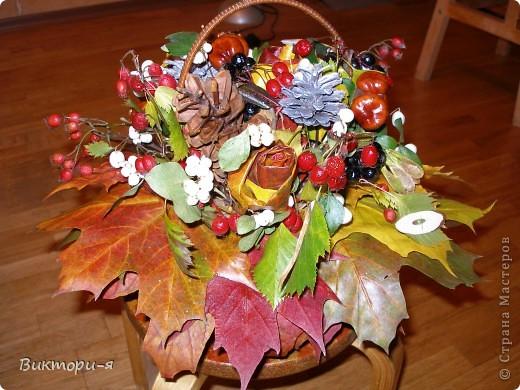 """Корзина на школьный конкурс """"Осеннее настроение"""". Использовались листья клена, плоды боярышника, черной рябины, веточки, каштаны, шишки."""