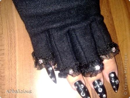 это были обычные перчатки..... и вот я решила сделать что-нибудь необычное и оригинальное))) мне понадобилось: -перчатки -кружевная оборочка -стразы, которые можно пришить -немного фантазии))) и вуаля! новые перчатки готовы!! фото 2