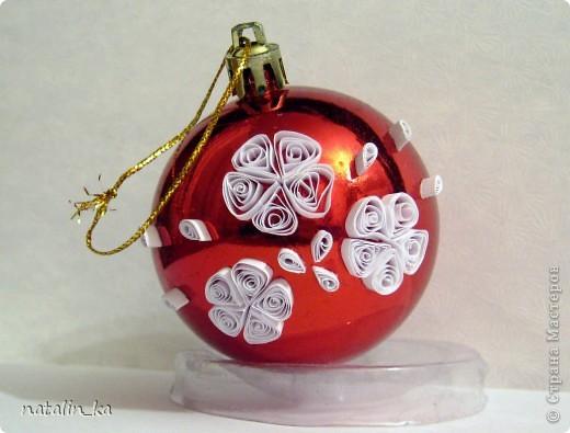 """Дорогие мастерицы! В последнее время жители СМ активно готовятся к новому году и появилось очень много елочек, снежинок, снеговичков и дедов морозов  из разных материалов и в разных техниках. Но я не видела (а может я и ошибаюсь) простых елочных шариков, украшенных в какой-либо технике. Сейчас в магазинах очень часто встречаются наборы """"чистых"""" шариков разного цвета и так и возникает желание, что нибудь на них изобразить. Я попробовала украсить шары квиллингом. На первый раз получилось скромно, но все же решила выложить. Может кто-то подхватит идею и в нашей стране появится море оригинальных, нарядных, красивейших, елочных шариков. Всем удачи! фото 2"""