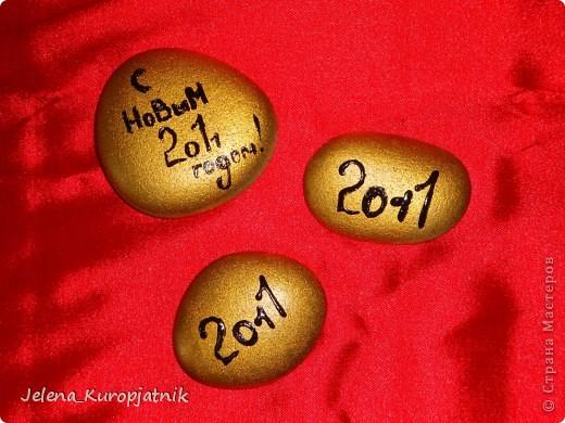А это подарочки для людей, которых я не очень хорошо знаю, но тоже хочу уделить чуточку внимания)))))) Это обыкновенная морская галька)))) Я покрасила её золотой краской с баллончика, а надпись сделала контуром для витража)))))