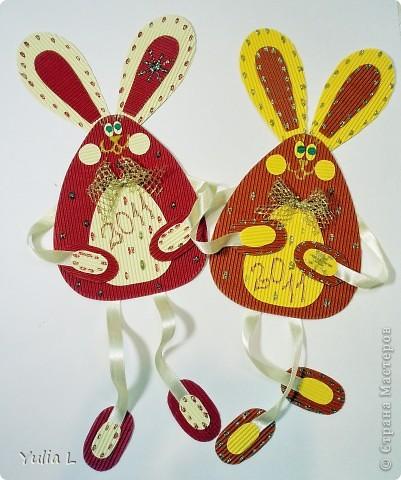 Парочка ушастиков из гофрокартона и атласной ленты. Делать их быстро и очень приятно. Идею позаимствовали в блоге О.Кирьяновой http://stranamasterov.ru/node/123539  фото 1