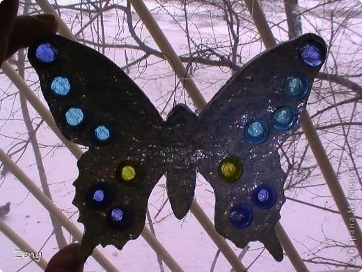 Новый год на носу,а у нас разлетались бабочки и стрекозы.  Стрекоза это готовый витраж,но именно она натолкнула меня на изготовление этой бабулечки. Извините что спиной. фото 5