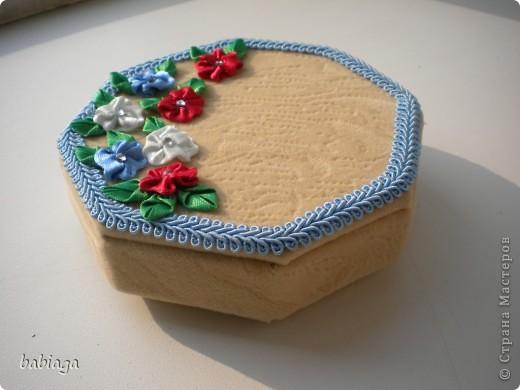 вот эту коробочку я делала под подарочную монету. хотелось соригинальничать, поэтому форма коробки восьмиугольная.   фото 2