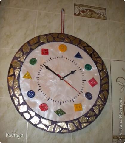одна из моих первых крупных поделок - часики - была задумана как подарок. но оказалось, что часы дарить не принято, поэтому они остались дома). Часовой механизм и стрелки взяты от старых часов. Основа часов - пенопластовая плитка, на которую наклеены обои, из пенопласта так же сделана рамка фото 3