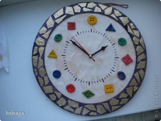 одна из моих первых крупных поделок - часики - была задумана как подарок. но оказалось, что часы дарить не принято, поэтому они остались дома). Часовой механизм и стрелки взяты от старых часов. Основа часов - пенопластовая плитка, на которую наклеены обои, из пенопласта так же сделана рамка фото 1