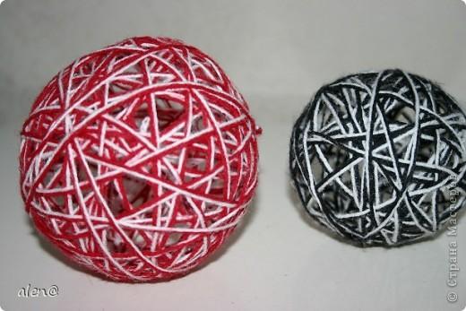 К своей лампе-паутинке сделала на полочку вот такие декоративные шарики из ниток. фото 1